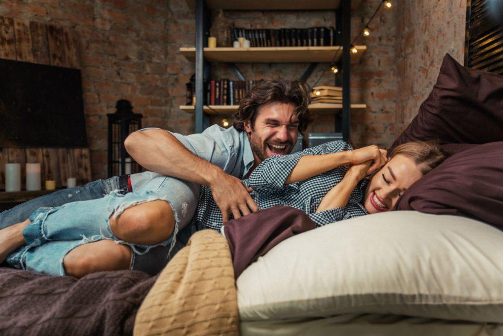 Sessualità e intimità di coppia - una coppia si fa il solletico a letto