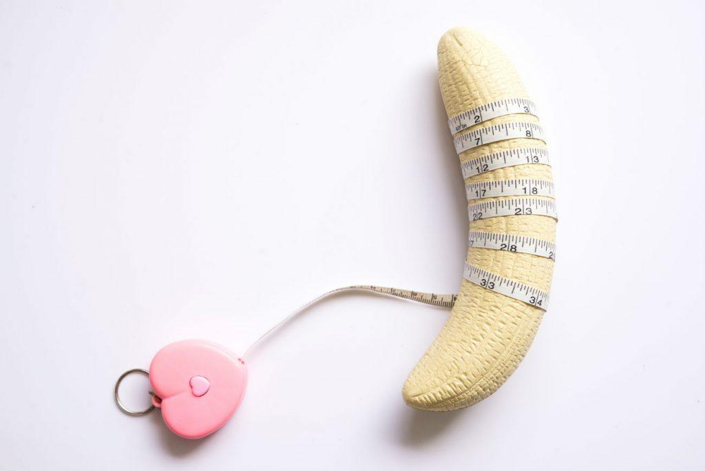 Dimensioni del pene: nell'immagine una banana sbucciata avvolta da un metro da sarta