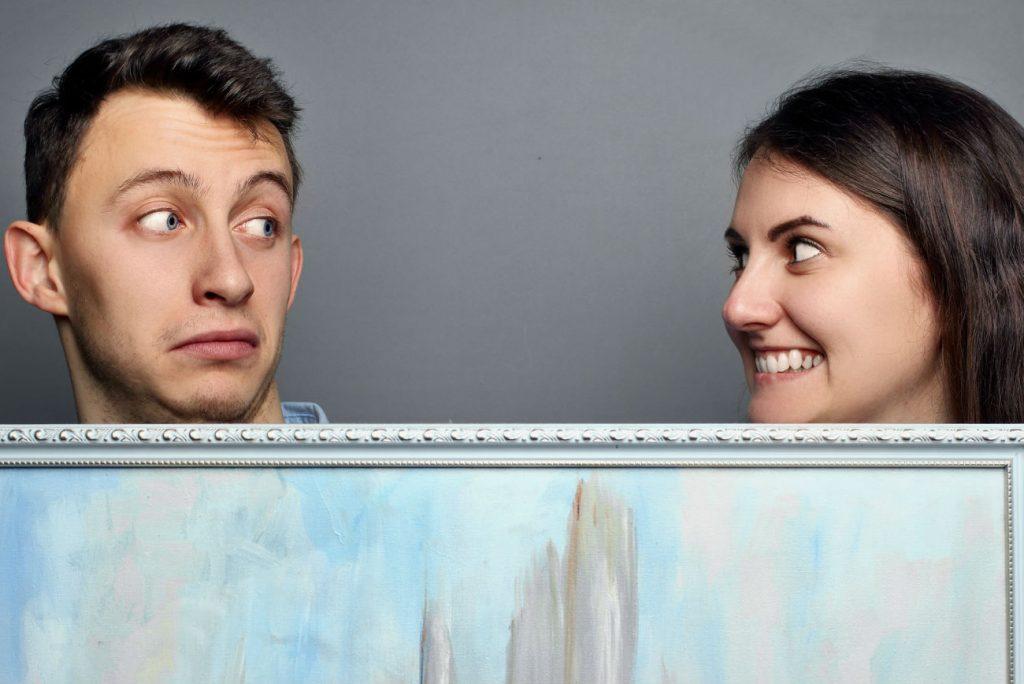 Attrazione sessuale: una donna guarda compiaciuta un uomo non molto attraente