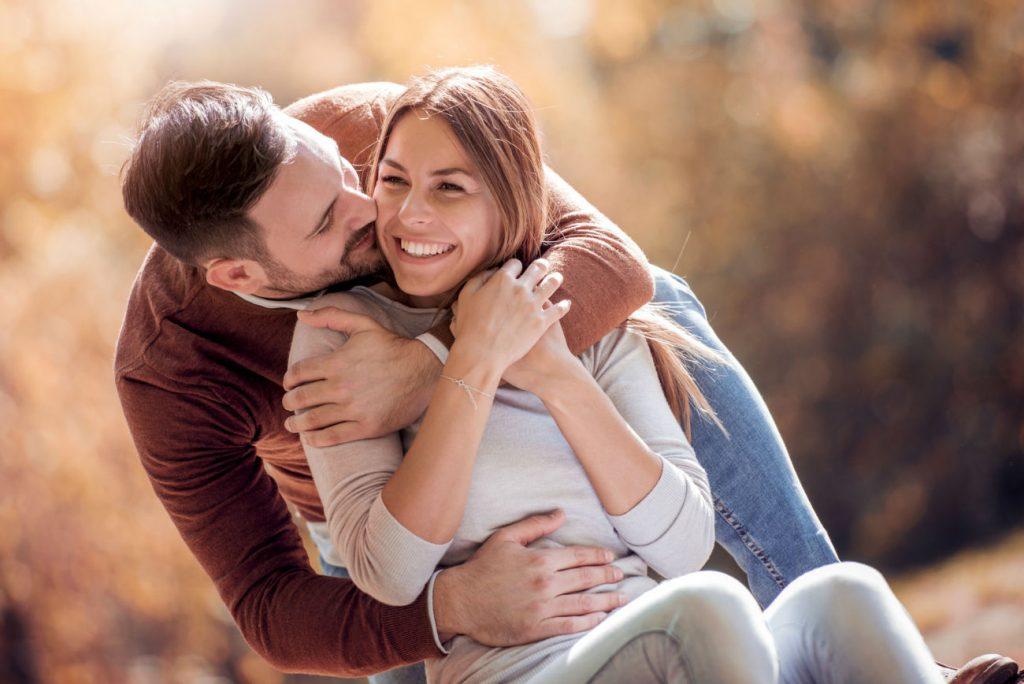 Benessere: coppia felice che si abbraccia