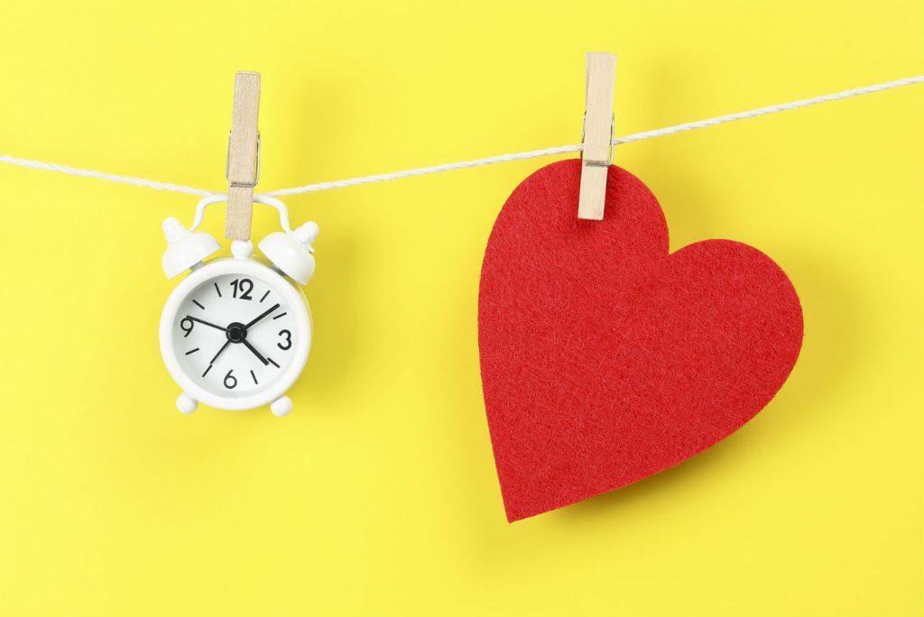 Rapporto sessuale: nell'immagine un orologio ed un cuore