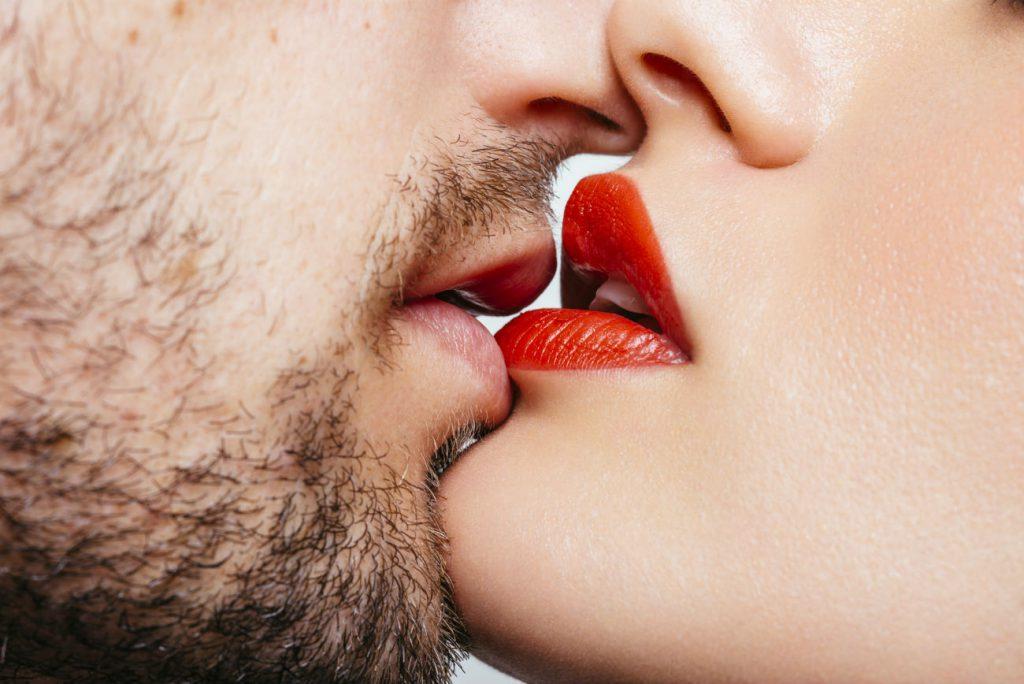 Prima di fare l'amore: Un sensuale bacio tra uomo e donna