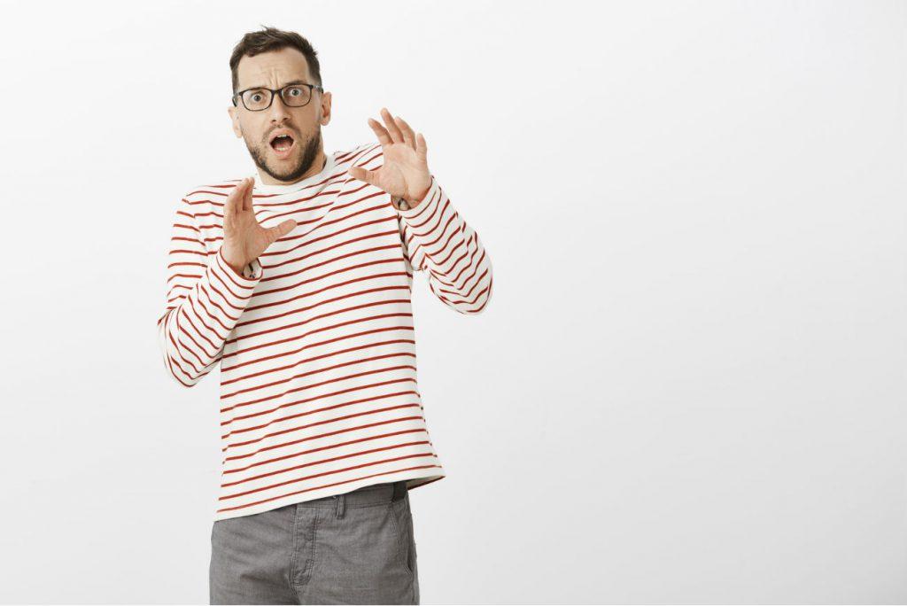 Osso penico: un uomo visibilmente preoccupato dalla possibilità che possa rompersi l'osso del pene
