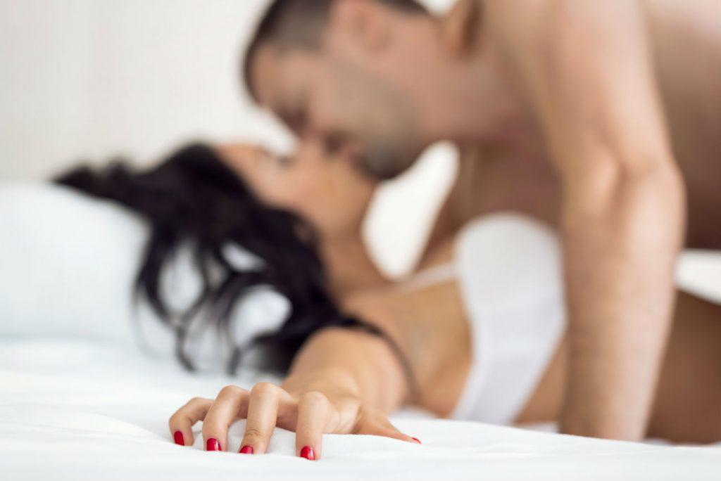 Orgasmo: il 31 luglio è la giornata mondiale dell'orgasmo. Nell'immagine una coppia si bacia sul letto