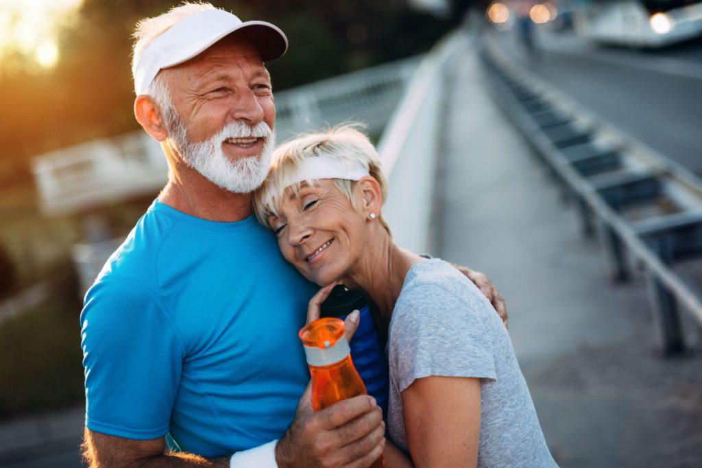 4 settembre 2019 Giornata Mondiale del Benessere Sessuale - dalla tavola alla camera da letto, ecco i luoghi che più incidono sul benessere sessuale: nell'immagine una coppia si abbraccia dopo aver fatto jogging